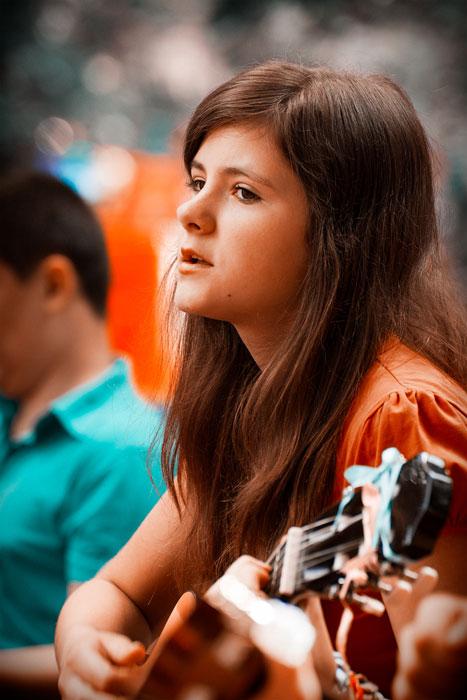 Лиза играет на гитаре