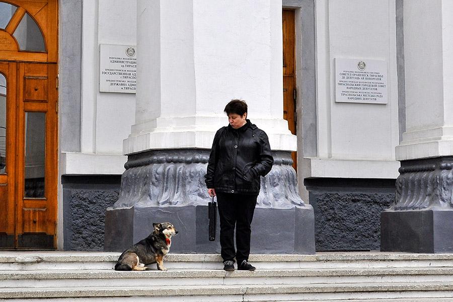 Дама с собачкой у здания государственной администрации Тирасполя