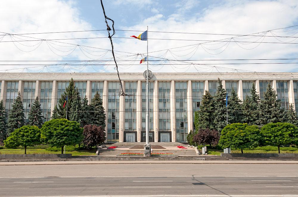 Мемориальный камень «В память жертв советской оккупации и тоталитарного коммунистического режима» в Кишиневе