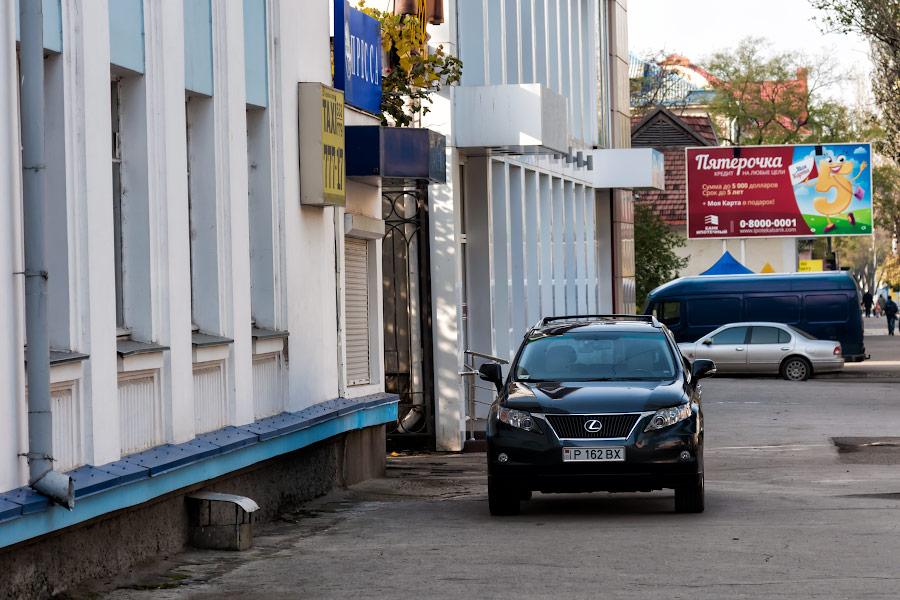 Автомобиль на тротуаре в Тирасполе