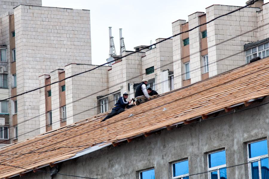 Строители на крыше нарушают ТБ