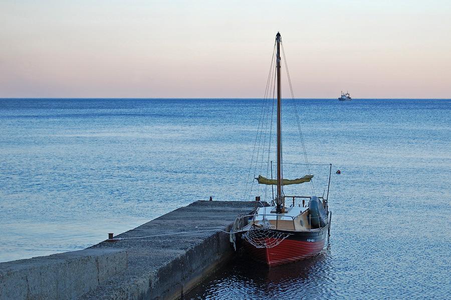 Маленький кораблик в море