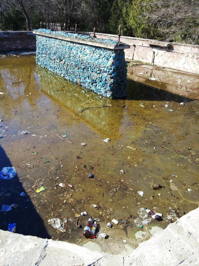 Старый разрушенный фонтан с мусором в центре Тирасполя