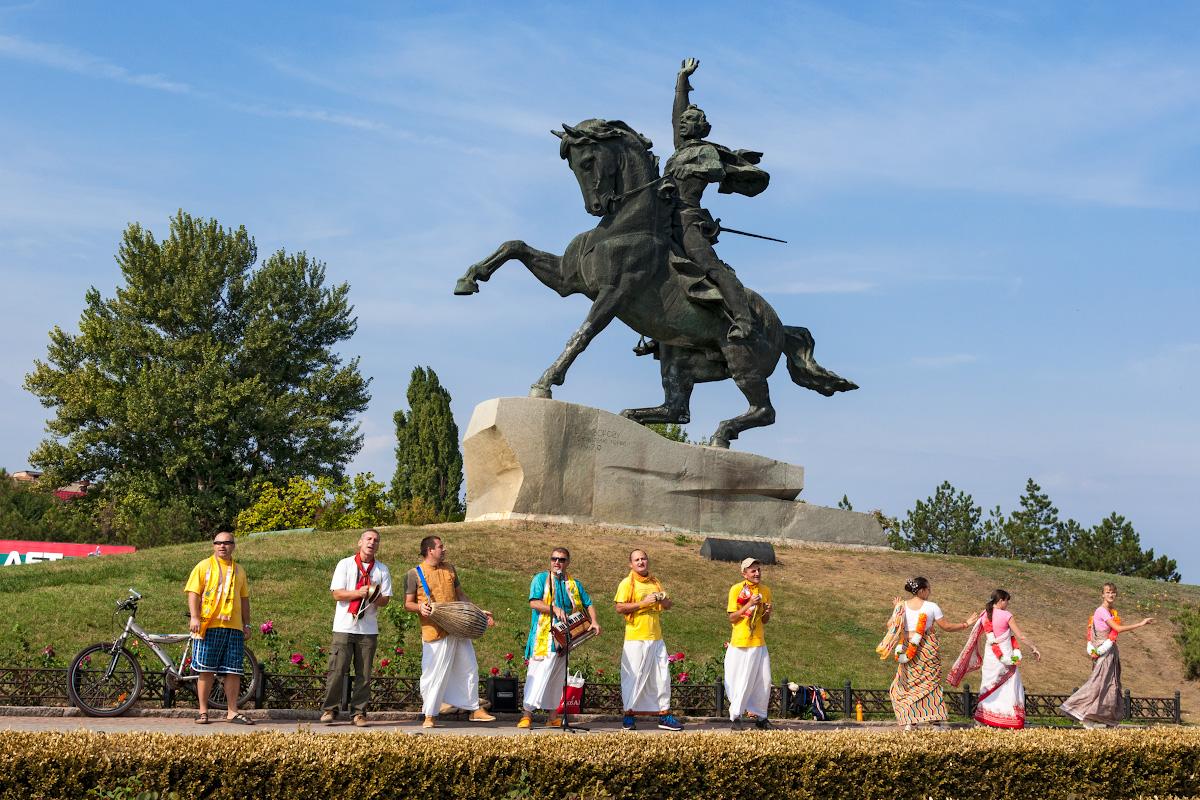 Памятник Суворову в Тирасполе и кришнаиты