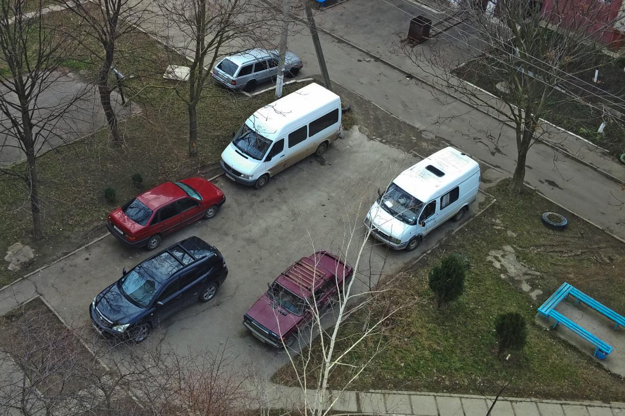 Незаконная стоянка автомобилей на детской площадке во вдоре жилого дома