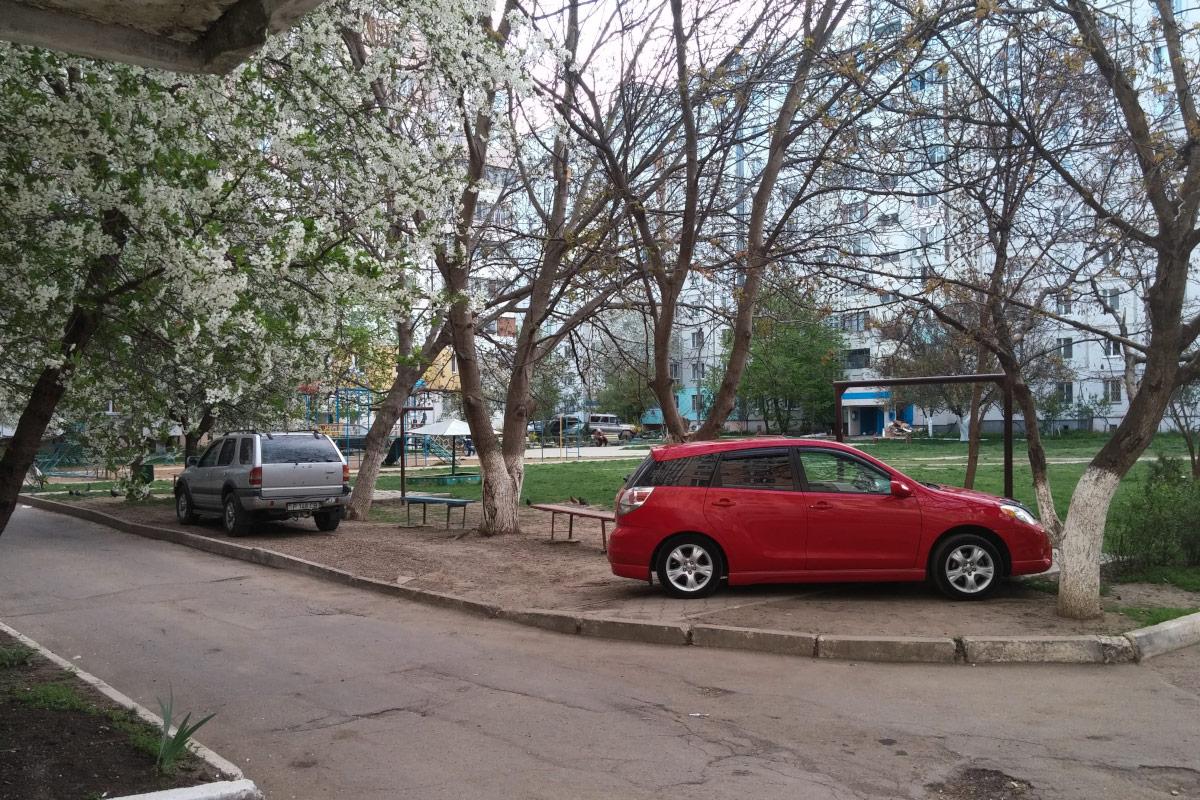 Автомобили на тротуаре во дворах жилых домомв в Тирасполе